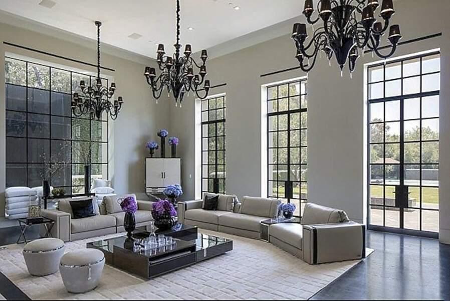 La chanteuse Jennifer Lopez et l'acteur Ben Affleck seraient sur le point de visiter cette villa au style épuré, chic et moderne.