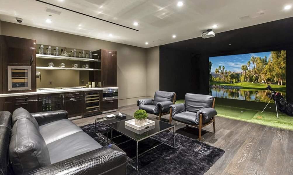 Au sous-sol, cette villa propose un simulateur de golf et d'un bar tout équipé