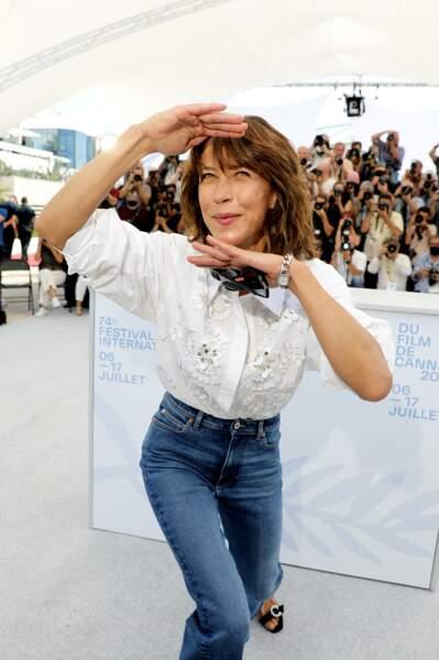 Sophie Marceau, habillée en Celine, n'a pas manqué de jouer avec photographes.