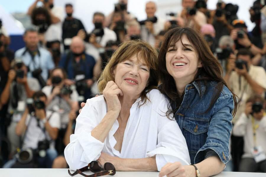 Jane Birkin et Charlotte Gainsbourg ont offert un duo complice aux photographes.