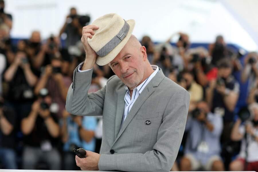 Jacques Audiard titre son chapeau au photocall du film Les Olympiades le 15 juillet 2021.