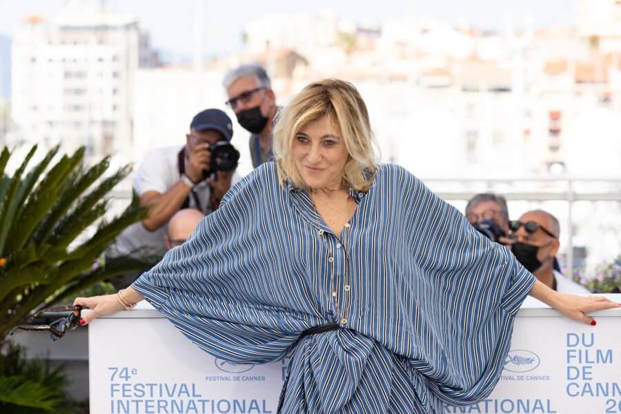 Valeria Bruni-Tedeschi, délurée, au photocall du film Cette musique ne joue pour personne le 10 juillet 2021.