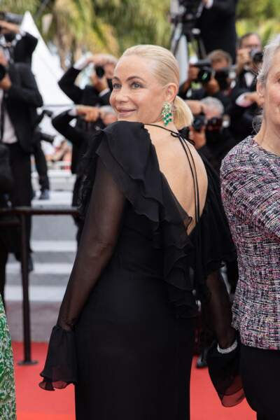 Emmanuelle Béart sublime en robe noire sur le tapis rouge de Cannes ce 16 juillet 2021.