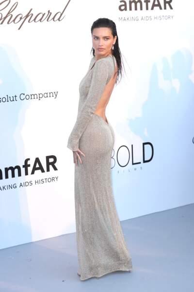 Adriana Lima à l'Amfar en 2018 : sublime en robe longue dos-nu