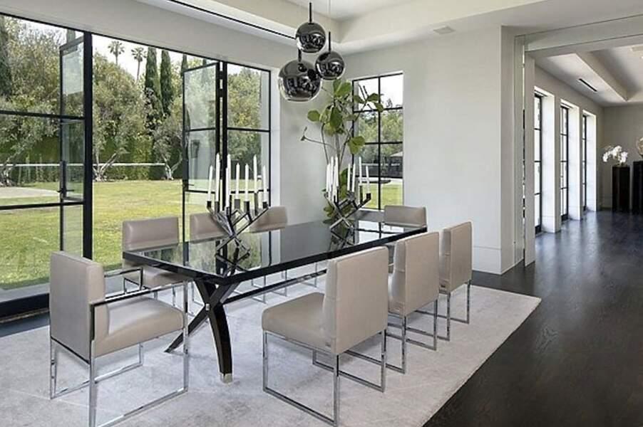 Pour partager des moments conviviaux en famille, Ben Affleck et Jennifer Lopez pourraient s'installer dans cette salle à manger donnant une vue imprenable sur le jardin verdoyant