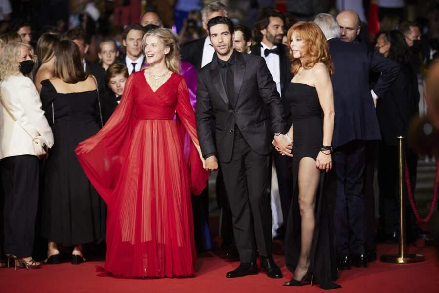 """Mylène Farmer a choisi de porter une robe noire, fendue à la jambe gauche, issue de la collection printemps-été 2020 de la créatrice Ann Demeulemeester, pour la montée des marches du film """"Flag Day"""" lors du 74ème Festival de Cannes, le 10 juillet 2021"""