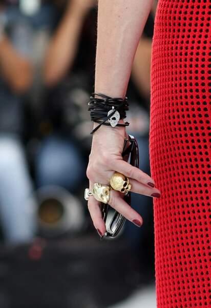 """Lors du photocall du jury officiel du 74ème Festival de Cannes le 6 juillet, Mylène Farmer a arboré trois bagues : l'une signée Lydia Courteille, une seconde de la marque """"LI by Richard Orlinski"""" et une troisième de chez """"Regal Rose"""""""
