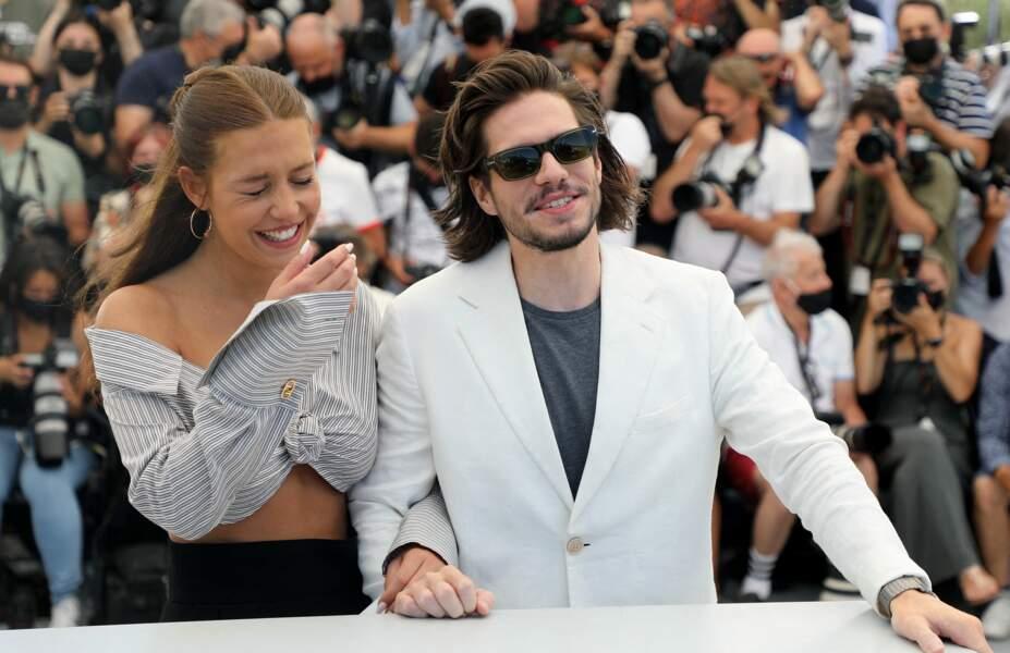 Adèle Exarchopoulos et François Civil, complices et rieurs, au photocall du film Bac Nord le 13 juillet 2021.