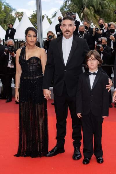 Leïla Bekhti émue et glamour pour la montée des marches du film « Les intranquilles ».