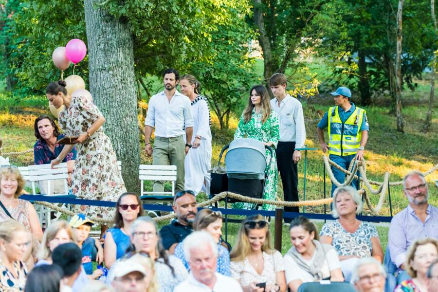 """La princesse Sofia de Suède, en compagnie de la princesse Victoria et du prince Carl Philip, arrive au concert """"Solliden Sessions"""", donné au château de Solliden, à Borgholm, le 13 juillet 2021"""