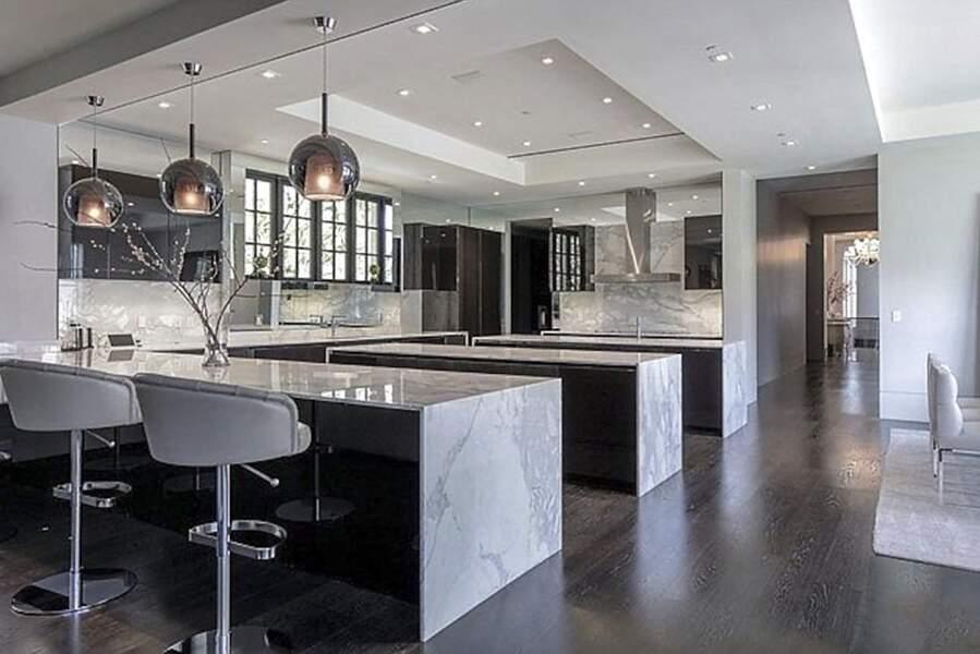 Cette luxueuse demeure, estimée à 64 millions de dollars offre une cuisine toute équipée et entièrement décorée d'un marbre gris argenté