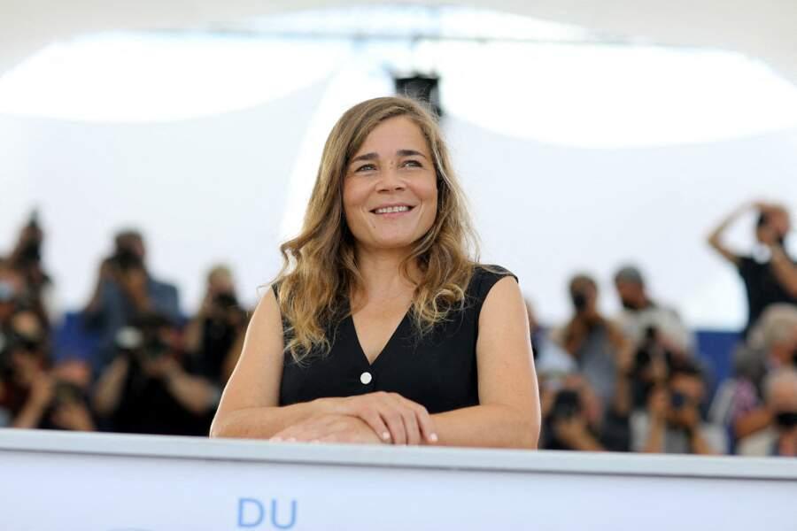 Blanche Gardin, sagement rieuse, au photocall du film France le 16 juillet 2021.