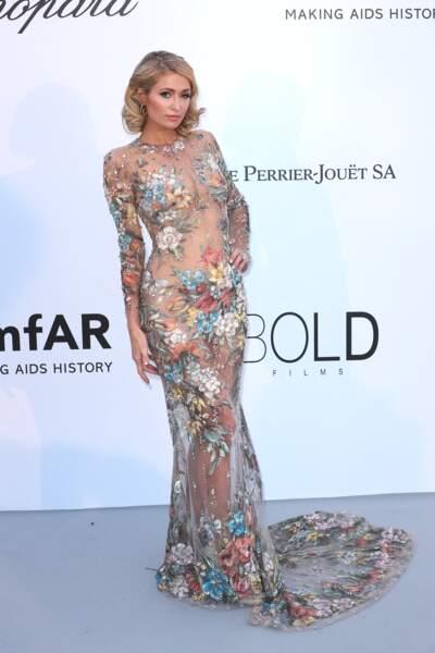 Paris Hilton à l'Amfar en 2018 : une robe longue transparente et fleurie qui a marqué les esprits
