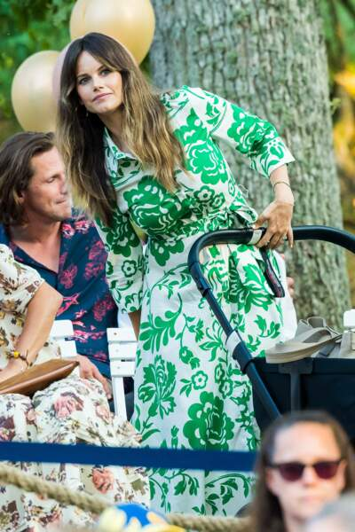 """Dans cette robe tendance et colorée, la princesse Sofia offre une nouvelle leçon de style lors du concert """"Solliden Sessions"""" organisé au château de Solliden à Borgholm, le 13 juillet 2021"""