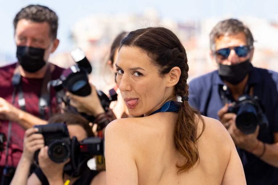 Doria Tillier rieuse et très enjouée, s'est amusée à surprendre les photographes.