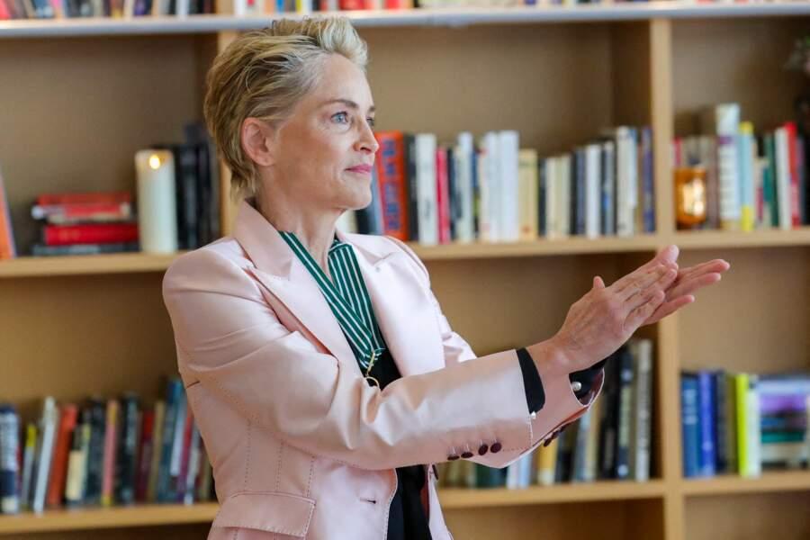 Sharon Stone a souhaité saluer les personnes présentes qui l'accompagnaient lors de cette remise de récompense.