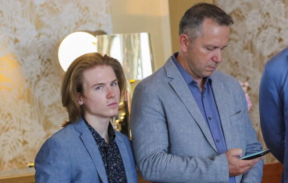 Roan Joseph Bronstein, en costume bleu, n'a pas dû manquer de féliciter sa mère Sharon Stone pour cette jolie récompense.