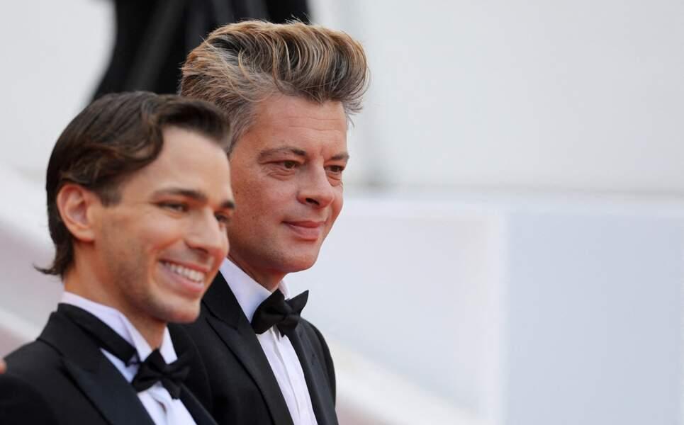 Benjamin Biolay, sourire aux lèvres, aux côtés du jeune acteur Emanuele Arioli, en haut des marches du palais du Festival de Cannes.