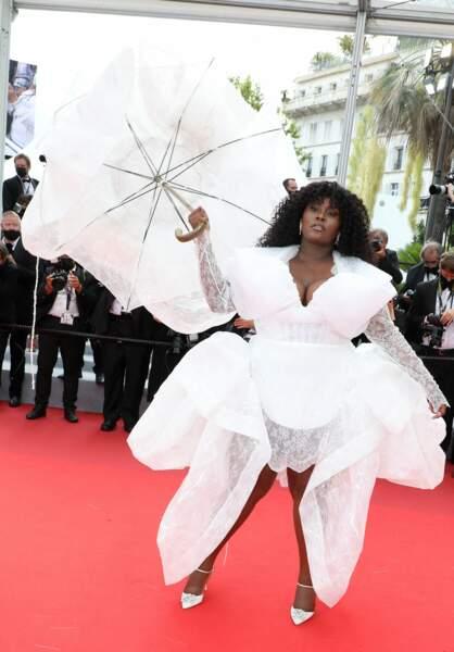 La chanteuse Yseult, renversante pour la montée des marches du film « Les intranquilles ».