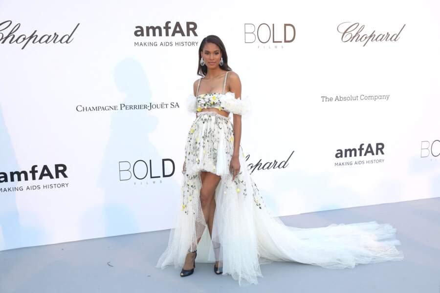 Cindy Bruna à l'Amfar en 2018 : un très bel ensemble vaporeux et chic