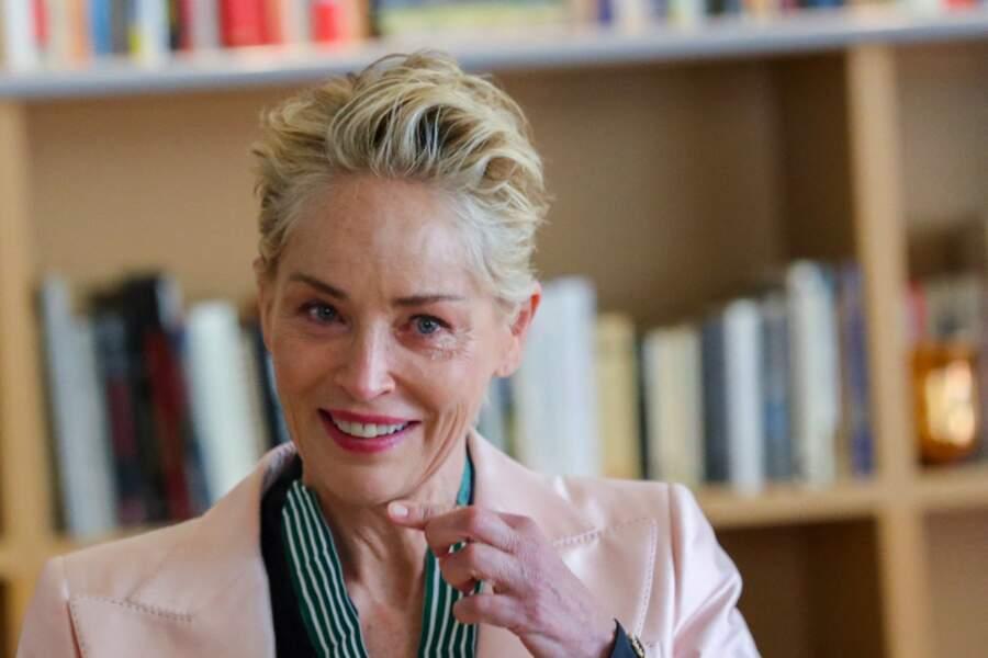 En élégant tailleur rose pale, Sharon Stone a été honorée en marge de la 74ème édition du festival de Cannes.