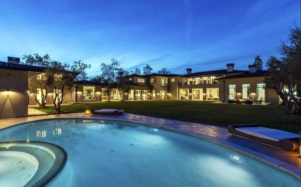 En plus d'offrir un coin spa, cette villa californienne dispose de plusieurs piscines bordées par des jardins luxuriants
