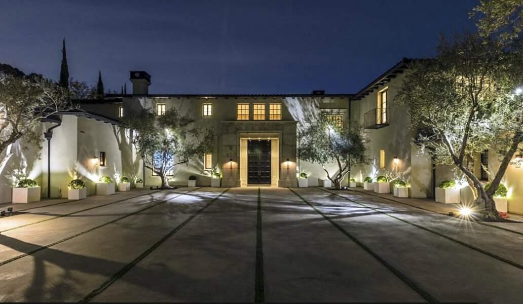 Jennifer Lopez et Ben Affleck devraient prochainement visiter cette somptueuse villa située dans le quartier très chic de Beverly Park, à Los Angeles. Un bien estimé à 64 millions de dollars et offrant toutes les commodités et autres plaisirs luxueux