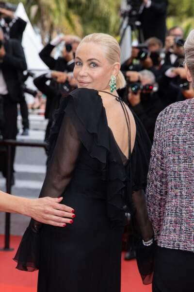 Emmanuelle Béart pour la montée des marches du film « Les intranquilles ».