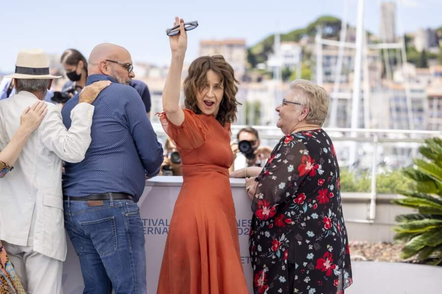 Valérie Lemercier survoltée au photocall du film Aline, biopic sur Céline Dion, le 14 juillet 2021 au côté de son équipe.