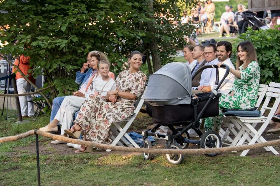 """Toute la famille royale de Suède s'émerveille devant le petit prince Julian, en attendant le début du concert """"Solliden Sessions"""" au château de Solliden à Borgholm, le 13 juillet 2021"""
