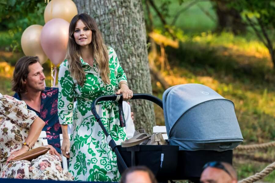 Pour cette sortie familiale et musicale, la princesse Sofia de Suède a misé sur une robe chemise à l'imprimé fleuri vert tilleul, à Borgholm, le 13 juillet 2021