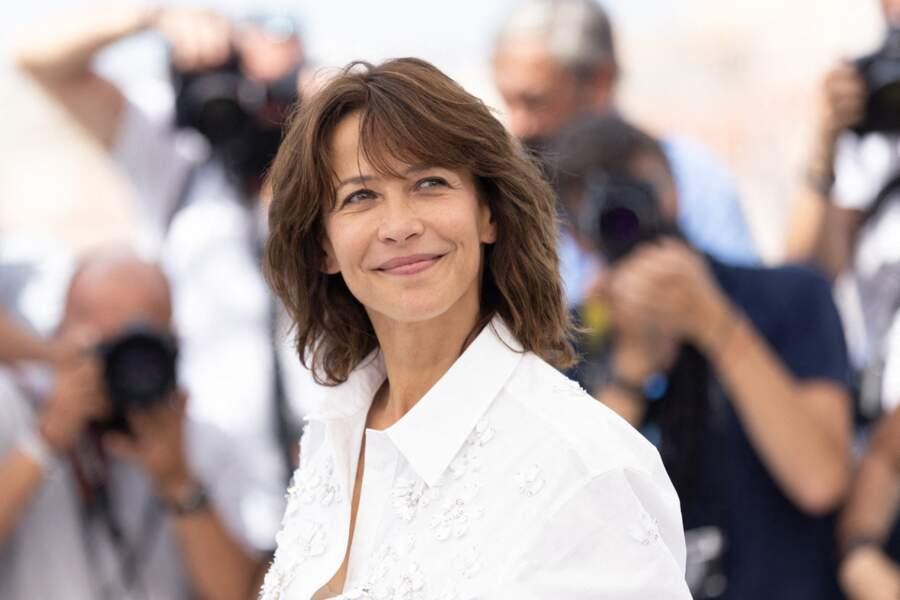 Sophie Marceau, solaire, a illuminé la Croisette le 8 juillet 2021, au photocall du film Tout s'est bien passé de François Ozon.