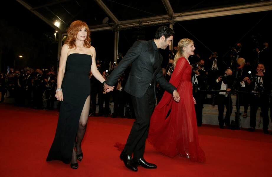 """Mylène Farmer a assorti sa robe bustier à des escarpins noirs pour la montée des marches du film """"Flag Day"""" lors du 74ème Festival de Cannes, le 10 juillet 2021"""