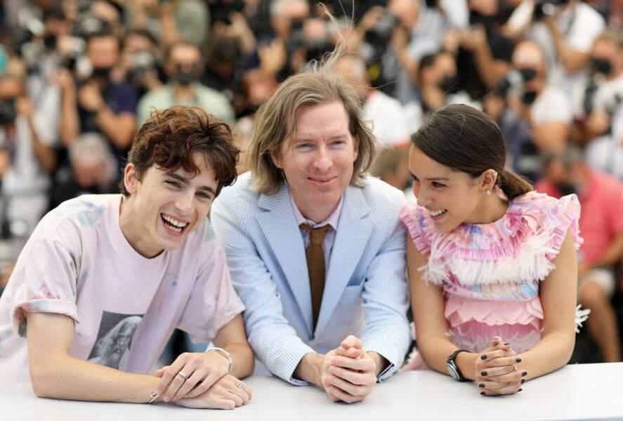Thimothée Chalamet, Lyna Khoudri  et le réalisateur Wes Anderson, complices au photocall du film The French Dispatch le 13 juillet 2021
