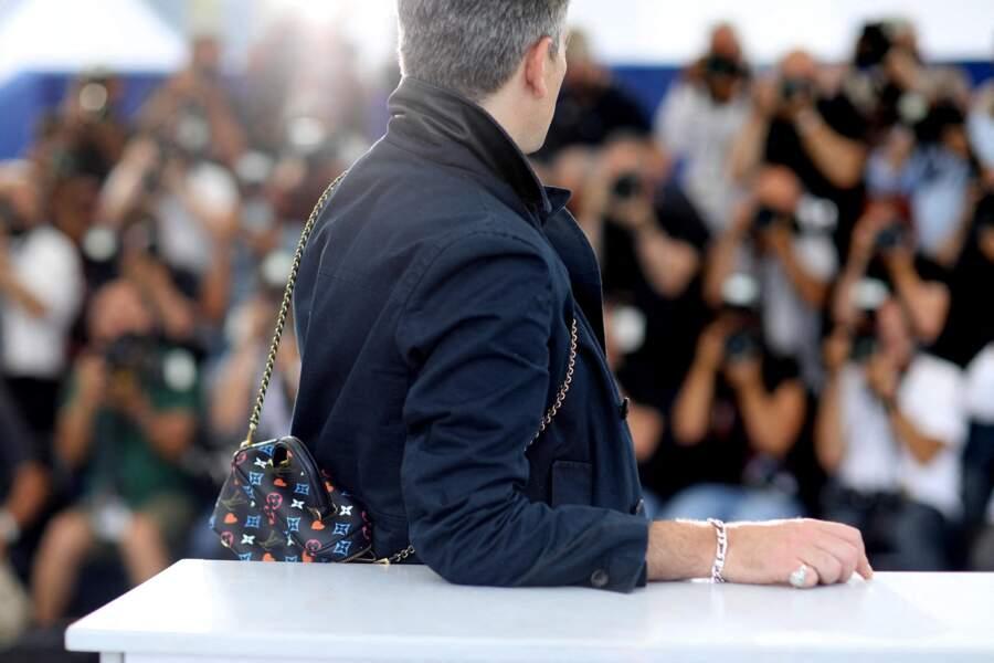 Benjamin Biolay chic en costume et avec sa sacoche Louis Vuitton au Festival de Cannes.