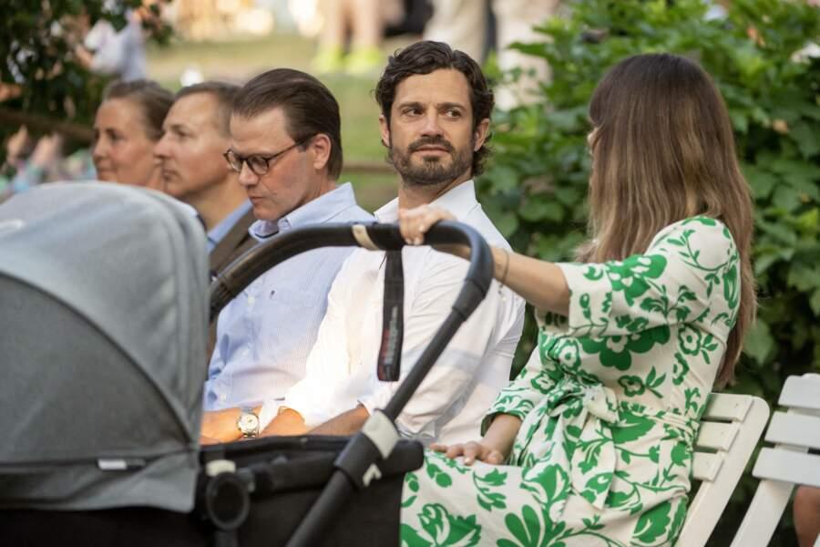 """Le prince Carl Philip de Suède et son épouse la princesse Sofia s'échangent des regards tendres lors du concert """"Solliden Sessions"""" donné au château de Solliden à Borgholm, le 13 juillet 2021"""