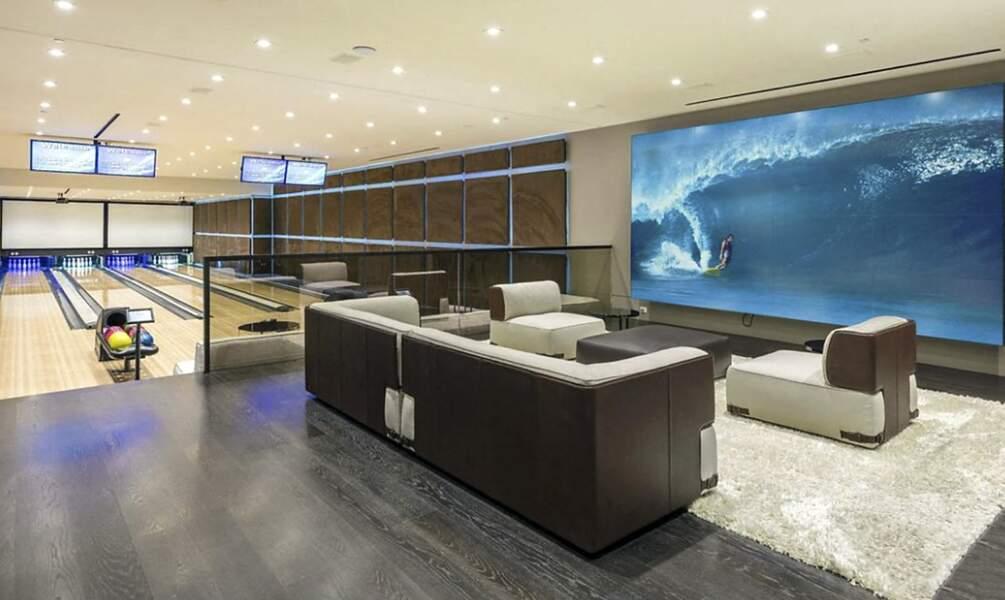 Afin de répondre aux attentes de cette famille recomposée, cette villa de 64 millions de dollars comporte un bowling et une salle de cinéma