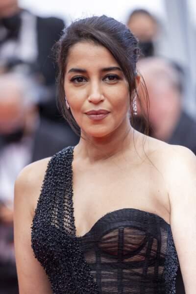 Leïla Bekhti particulièrement glamour dans une robe noire one shoulder.