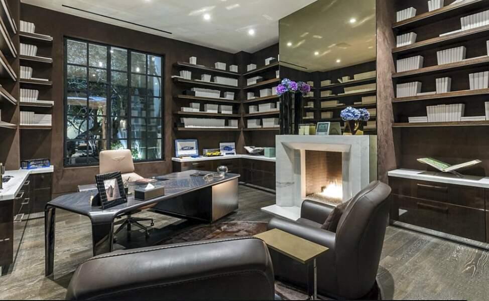 La possible villa de Ben Affleck et Jennifer Lopez offre également un coin travail avec ce bureau décoré d'un bois sombre et d'une cheminée dernier cri