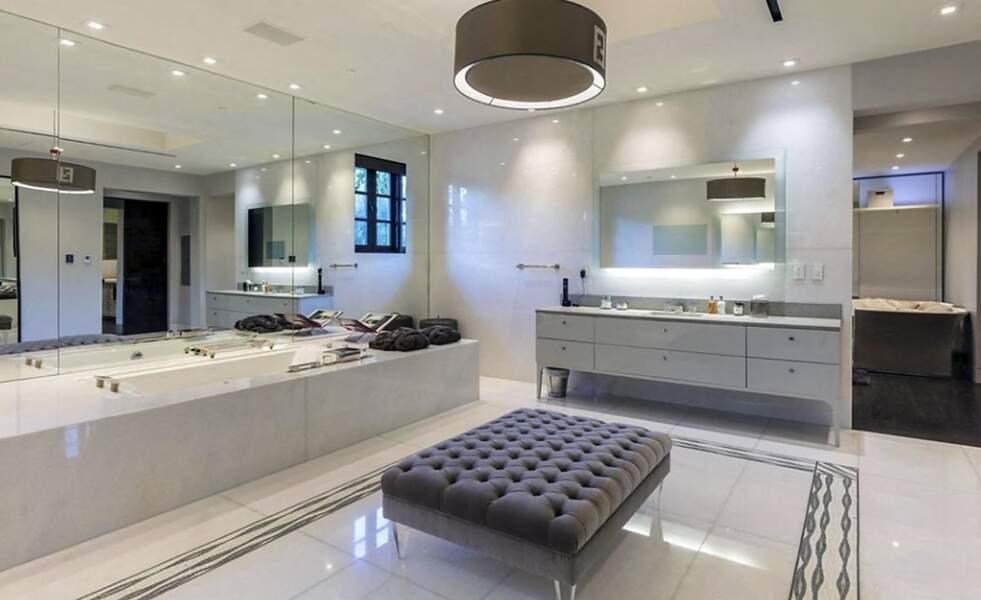 L'une des 12 salles de bains présente dans cette villa estimée à 64 millions de dollars que Jennifer Lopez et Ben Affleck seraient sur le point de visiter