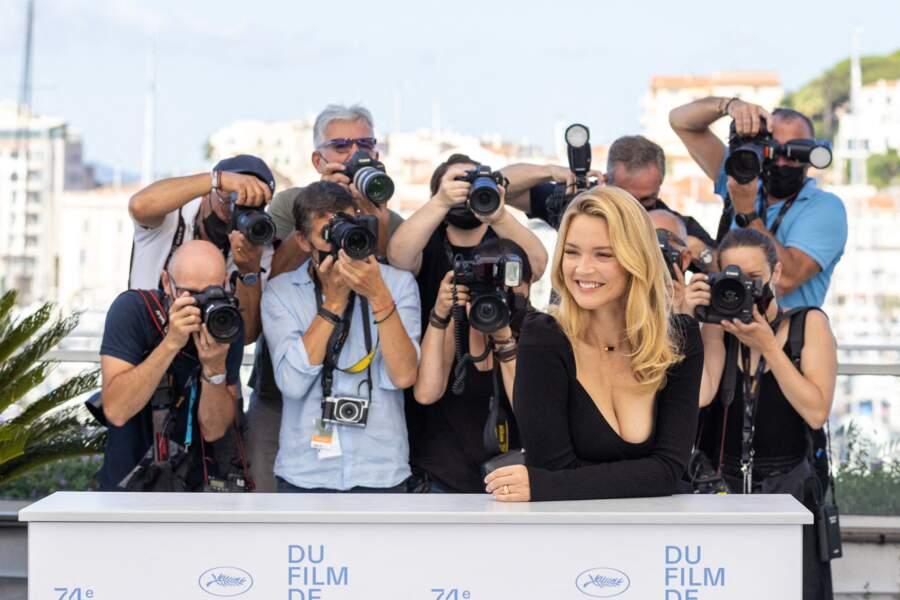 Virginie Efira, toujours aussi glamour, au photocall du film Benedetta international du film le 10 juillet 2021.