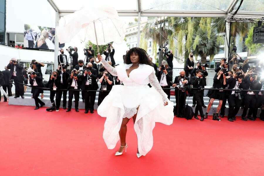 La chanteuse Yseult, en robe blanche et ombrelle assortie, à attirer tous les regards.