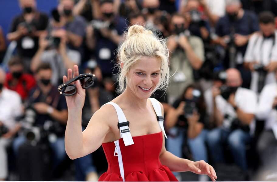 Marina Foïs lookée, au photocall du film La fracture le 10 juillet 2021.