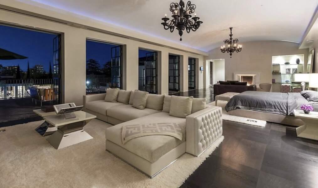 Cette chambre avec un balcon donnant une vue sur les jardins sera-t-elle celle du couple formé par Ben Affleck et Jennifer Lopez ?