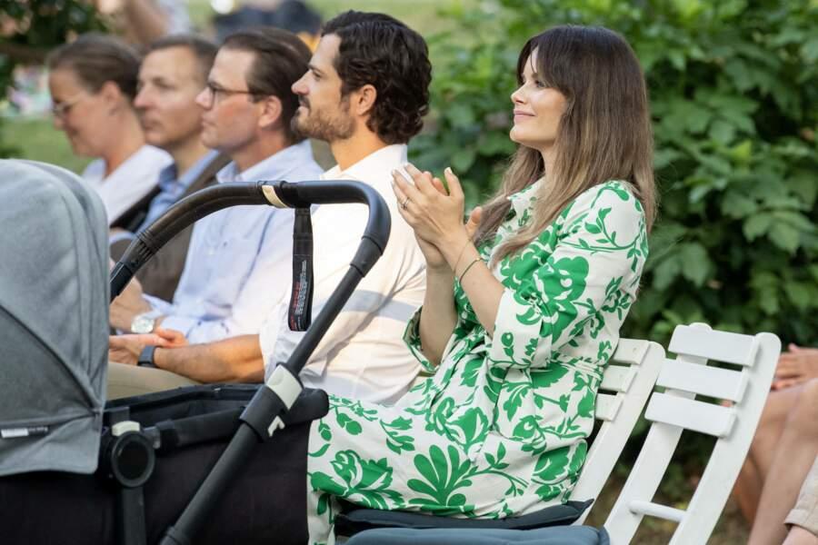 """La princesse Sofia de Suède fait sensation dans cette élégante robe chemise à l'imprimé fleuri vert tilleul lors du concert """"Solliden Sessions"""" donné au château de Solliden, à Borgholm, le 13 juillet 2021"""