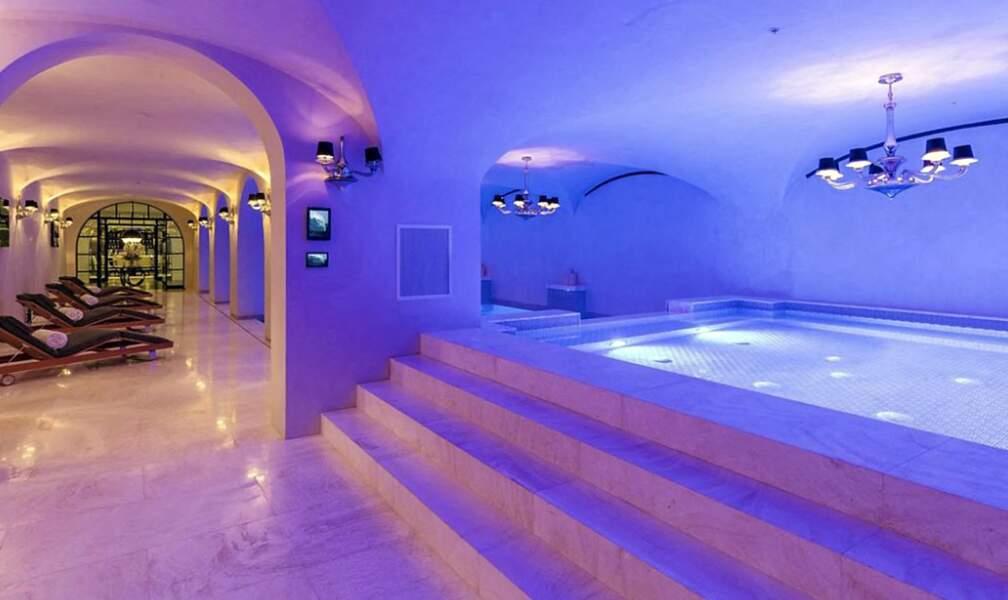 Pour 64 millions de dollars, cette villa propose un espace zen avec jacuzzi, hammam, d'une douche vapeur ainsi que d'un spa