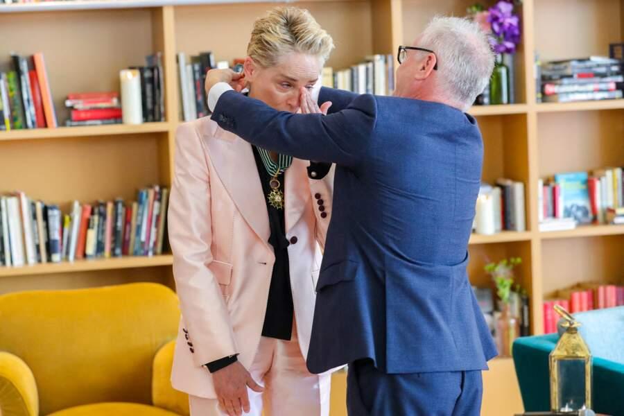 Un honneur pour Sharon Stone qui a dû essuyer plusieurs larmes qui roulaient sur ses joues en cette journée très spéciale.