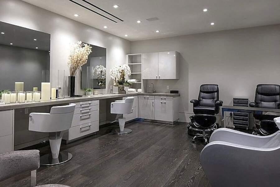 En plus d'une incroyable salle de bain, cette villa met à disposition un salon de coiffure privé.