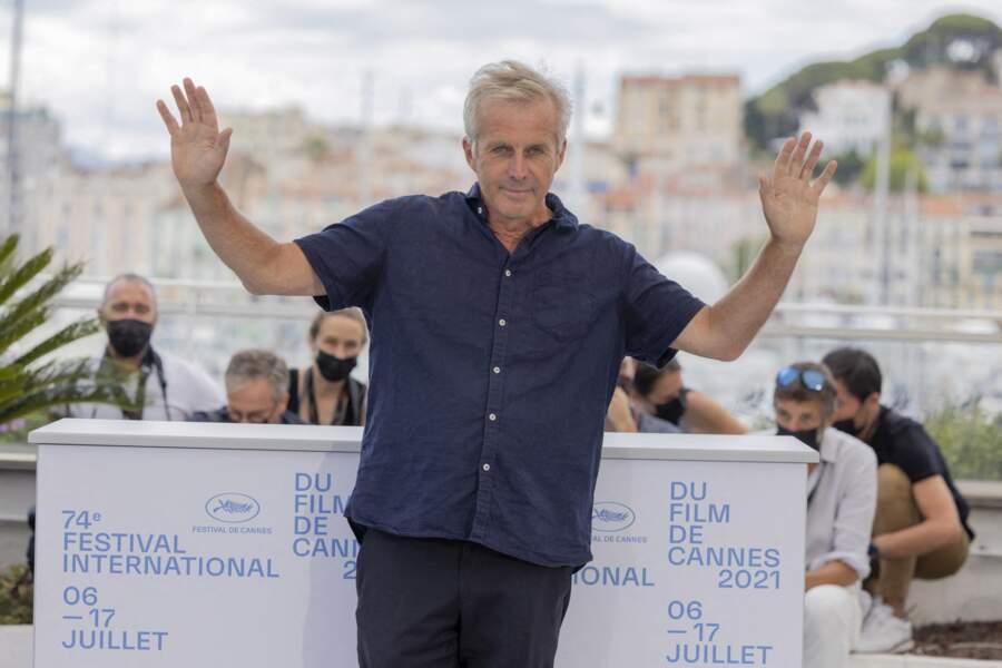 Bruno Dumont, réalisateur du film « France », salue les journalistes du Festival de Cannes.