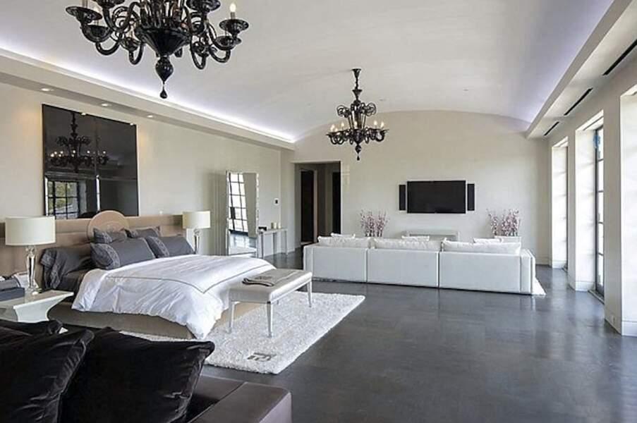 L'une des huit chambres dont dispose cette somptueuse villa de 64 millions de dollars située dans le quartier très chic de Beverly Park à Los Angeles